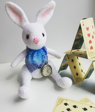 """PDF Кролик """"Алиса в стране чудес"""" схема вязаной игрушки крючком"""