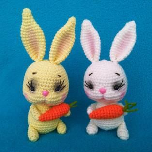PDF Кролик с морковкой схема вязаной игрушки крючком
