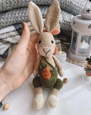 PDF Кролик Стив схема вязаной игрушки крючком