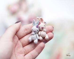 PDF Крошечная Зая-cплюшка схема вязаной игрушки крючком