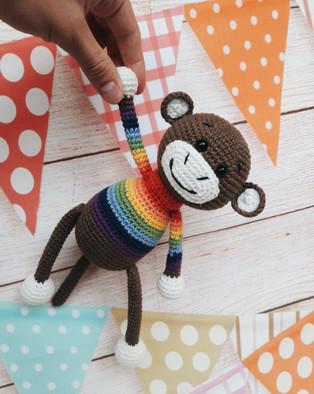 PDF Мартышка в радужном свитерке схема вязаной игрушки крючком