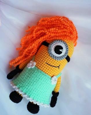 PDF Миньон-девочка схема вязаной игрушки крючком