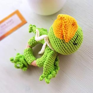 PDF Погремушка Попугай схема вязаной игрушки крючком