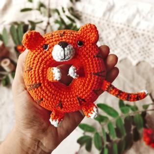 PDF Пончик-тигрёнок схема вязаной игрушки крючком
