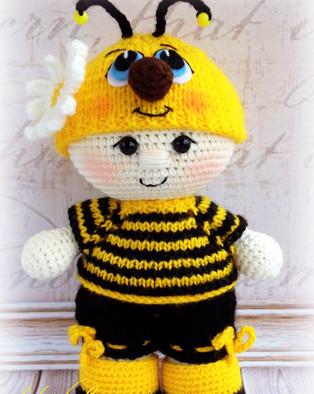 PDF Пупс малыш в костюме пчёлки схема вязаной игрушки крючком