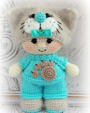 PDF Пупс в костюме котика схема вязаной игрушки крючком
