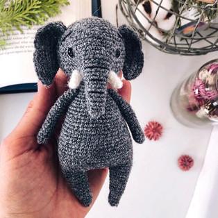 PDF Слон с ладошку схема вязаной игрушки крючком