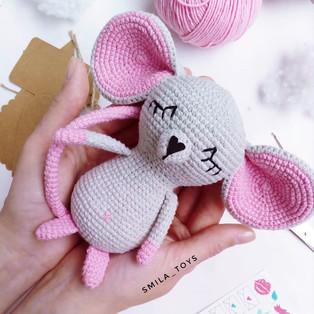PDF Сонный Мышик схема вязаной игрушки крючком