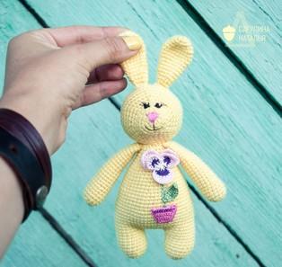 PDF Зайка-погремушка схема вязаной игрушки крючком